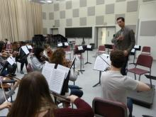 Professor Max Zorin speaks with invitational violin participants